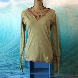 Mountain Hardwear Women's Large V neck shirt